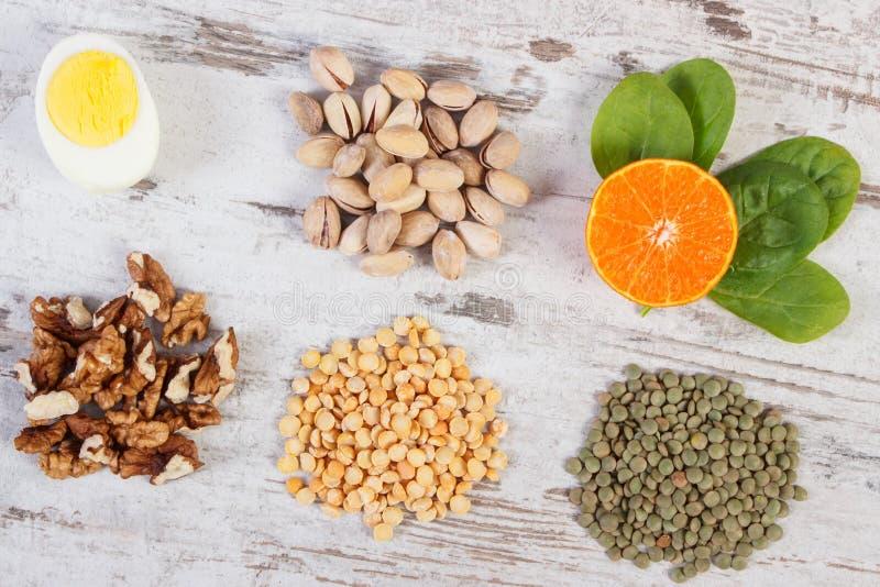Produtos e ingredientes que contêm a vitamina B1 e a fibra dietética, nutrição saudável foto de stock
