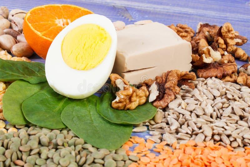 Produtos e ingredientes que contêm a vitamina B1 e a fibra dietética, nutrição saudável fotografia de stock royalty free