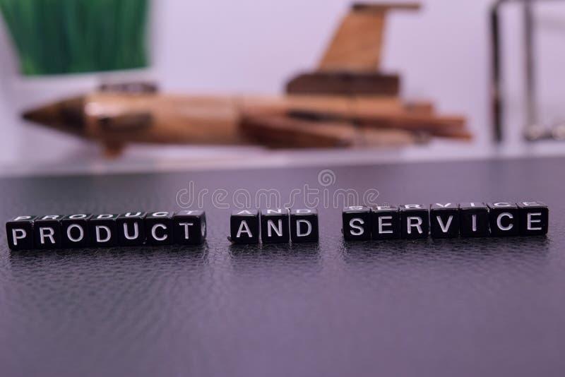 Produtos e serviço em blocos de madeira imagens de stock royalty free