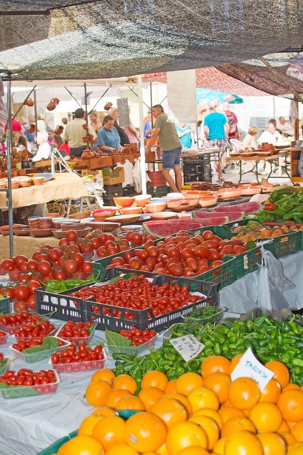 Produtos frescos e mercadoria no mercado de Sineu imagens de stock royalty free