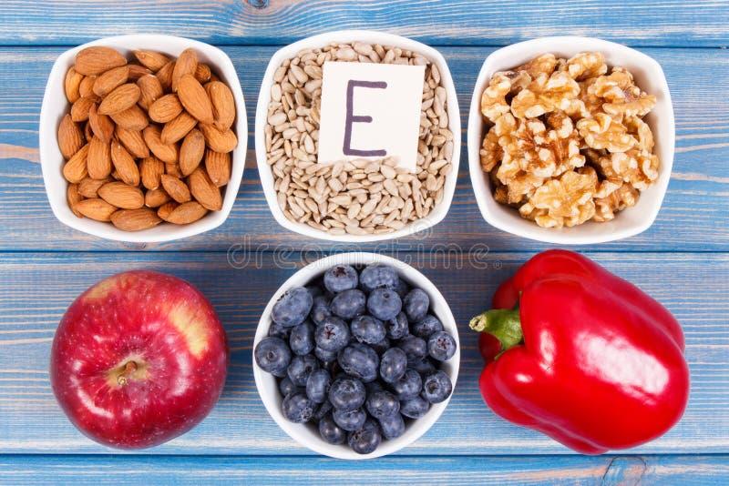 Produtos, ingredientes que contêm a vitamina E e a fibra dietética, conceito saudável da nutrição imagem de stock
