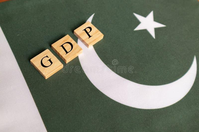 Produtos internos ou GDP bruto do conceito de Paquistão na bandeira de Paquistão fotografia de stock royalty free