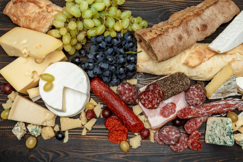 Produtos italianos tradicionais com salame, queijo, pão e frutos imagens de stock royalty free