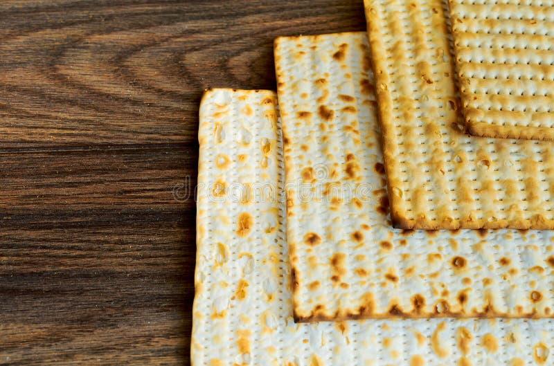 produtos judaicos, alimento, pesah da páscoa judaica no fundo de madeira imagens de stock