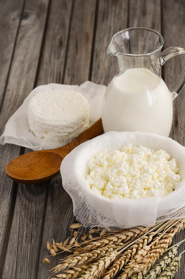 Produtos lácteos frescos Leite e requeijão com trigo no fundo de madeira rústico foto de stock