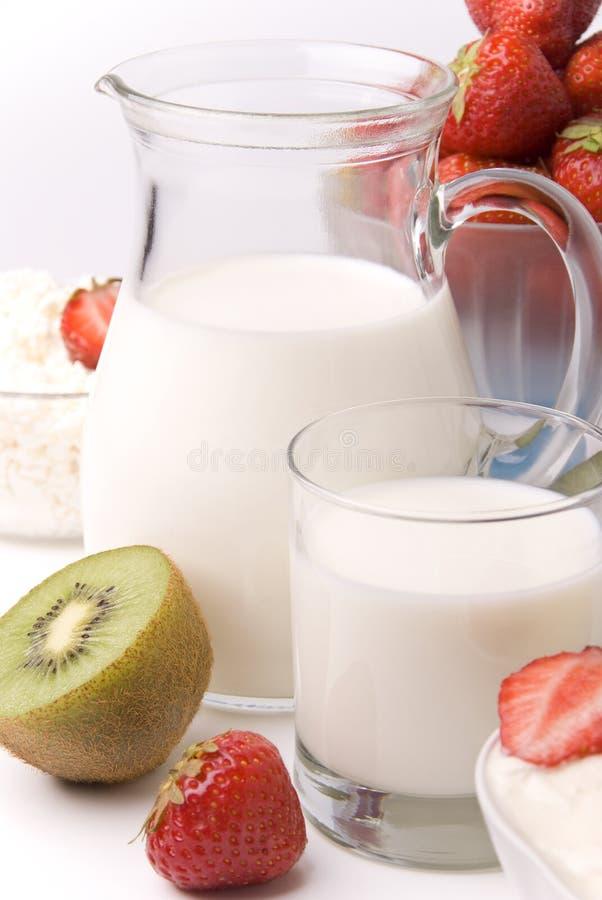 Produtos lácteos. morangos e quivi imagens de stock