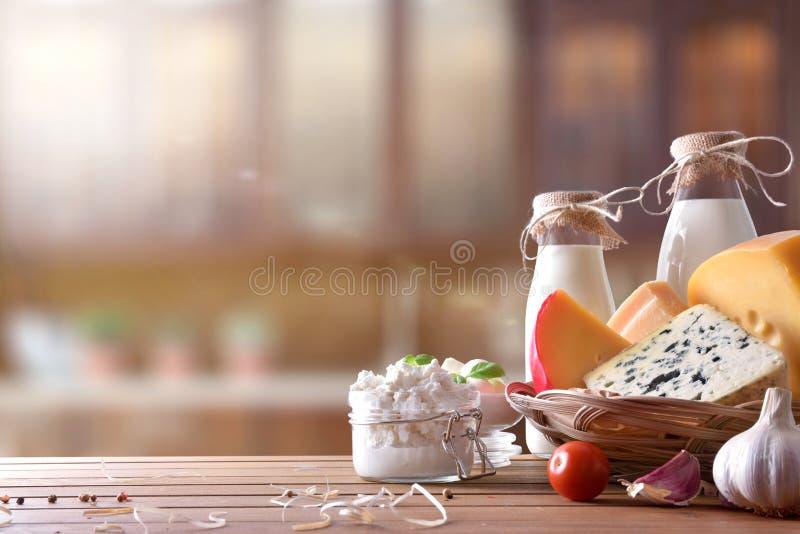 Produtos láteos Artisanal na opinião dianteira da cozinha rústica imagem de stock