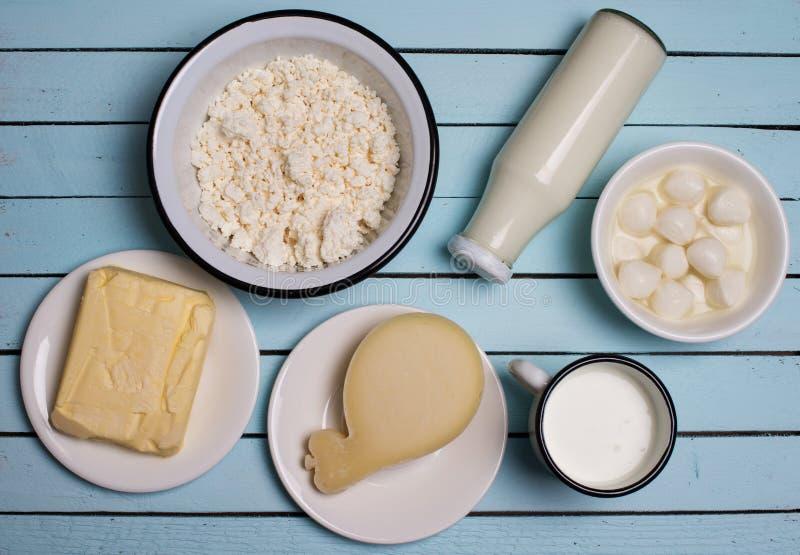 Produtos láteos na tabela de madeira rústica Creme de leite, leite, queijo, fotos de stock royalty free