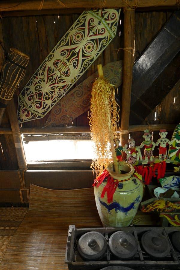 Produtos manufacturados no longhouse do guerreiro do headhunter de Iban fotografia de stock
