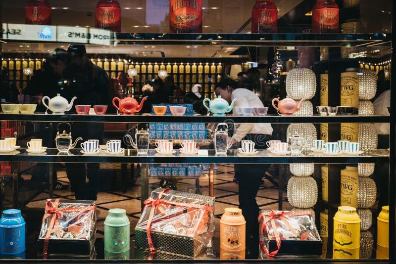 Produtos na janela da loja do chá de TWG no quadrado de Leicester, Londres, Reino Unido imagens de stock royalty free