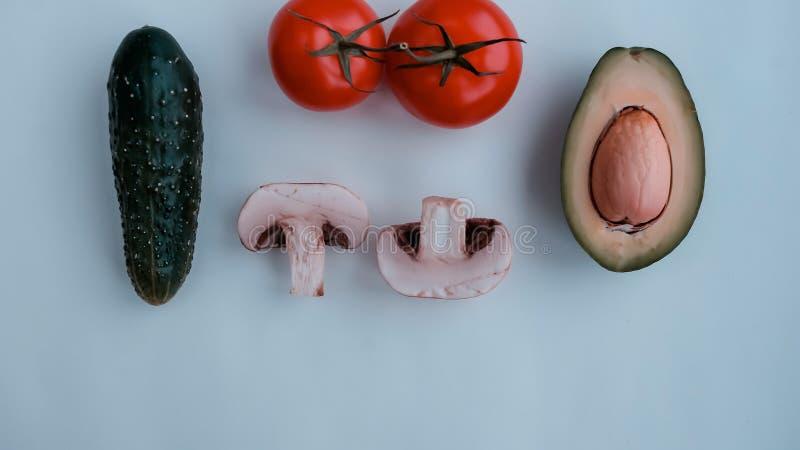 Produtos naturais do fundo: vegetais, cogumelos e erva imagem de stock