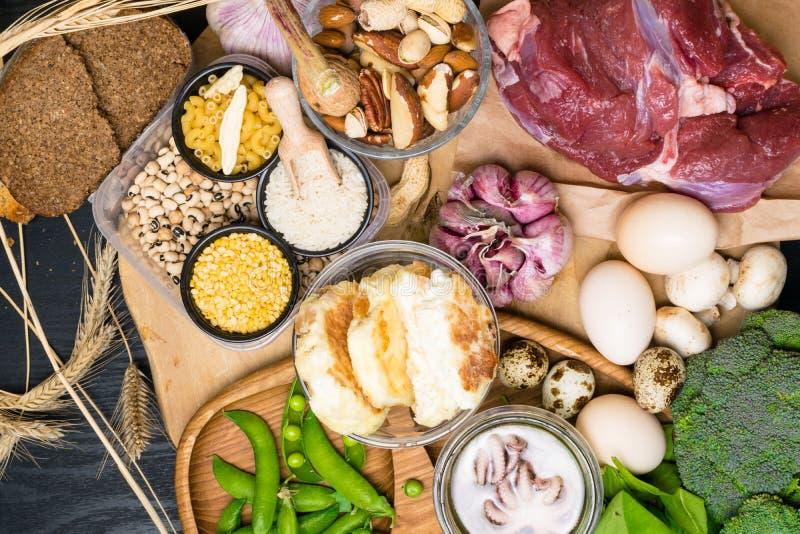 Produtos naturais e ingredientes que contêm o selênio, a fibra dietética e os minerais, conceito da nutrição saudável fotos de stock