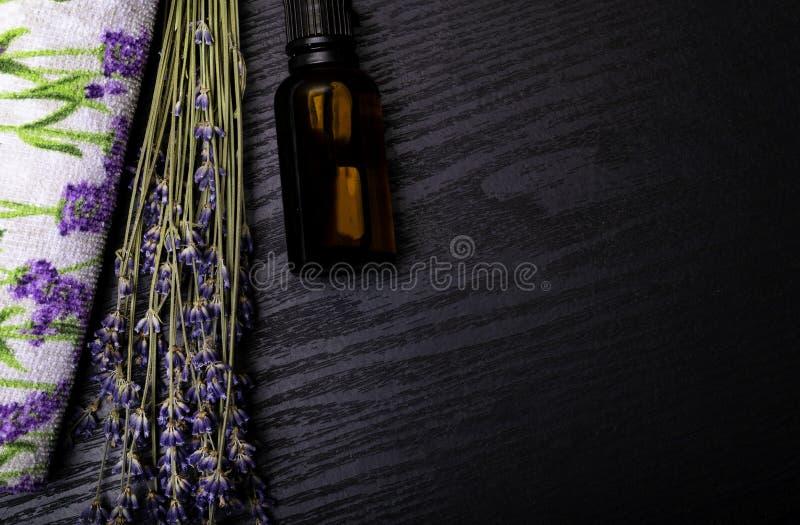 Produtos orgânicos de Lavander na tabela de madeira Ingredientes para o tratamento natural dos termas fotografia de stock royalty free