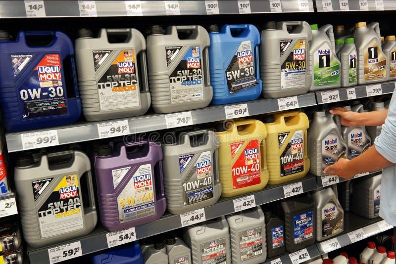 Produtos petrolíferos do motor em uma loja imagem de stock
