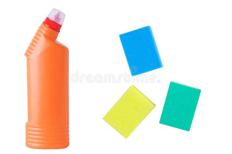 Produtos químicos de agregado familiar na garrafa e na esponja alaranjadas isolado branco imagens de stock