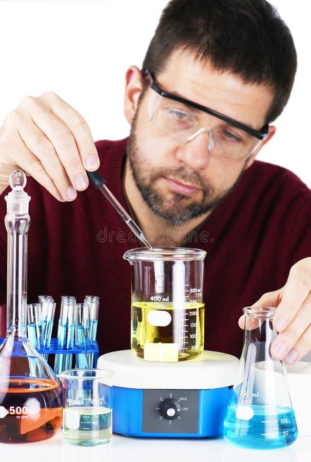Produtos químicos de mistura do cientista imagens de stock