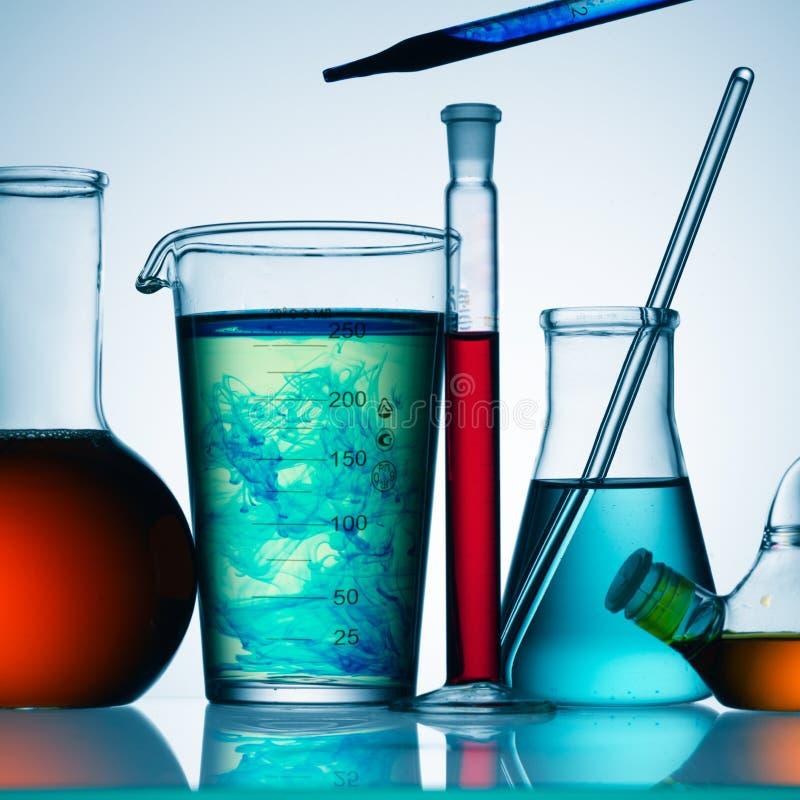 Produtos químicos no vidro imagens de stock royalty free