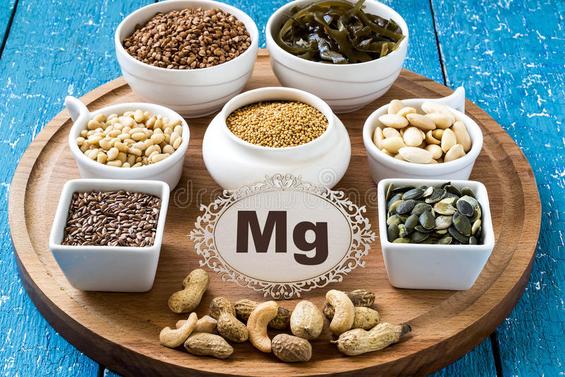 Produtos que contêm o magnésio (magnésio) imagens de stock