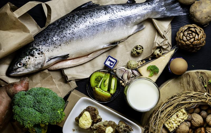 Produtos que contêm os peixes salmon do fósforo, pinhões, amendoins, anchova, queijo, leite, ovos, brócolis, quivi, batatas, carn imagem de stock royalty free