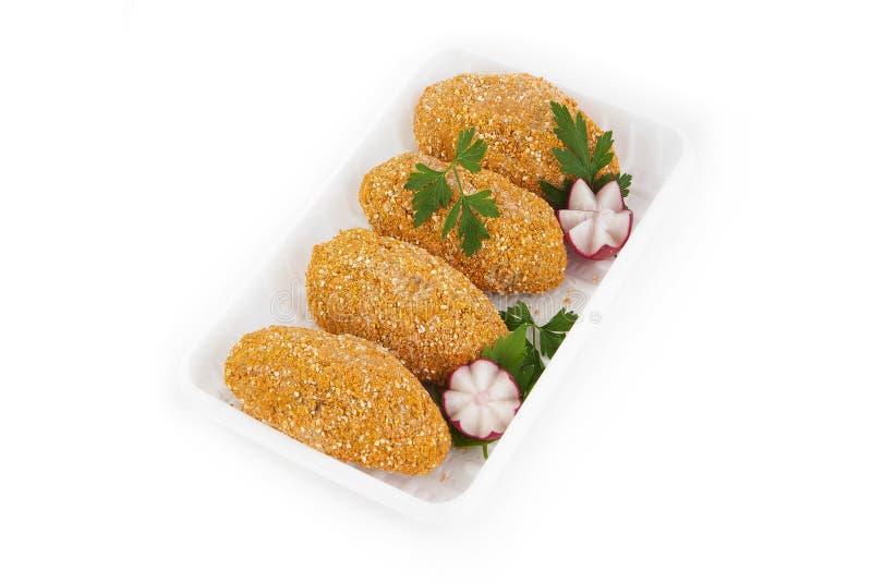 Produtos semiacabados recentemente congelados Costoletas da carne macia da galinha em uma tampa feita dos biscoitos O produto é e fotografia de stock