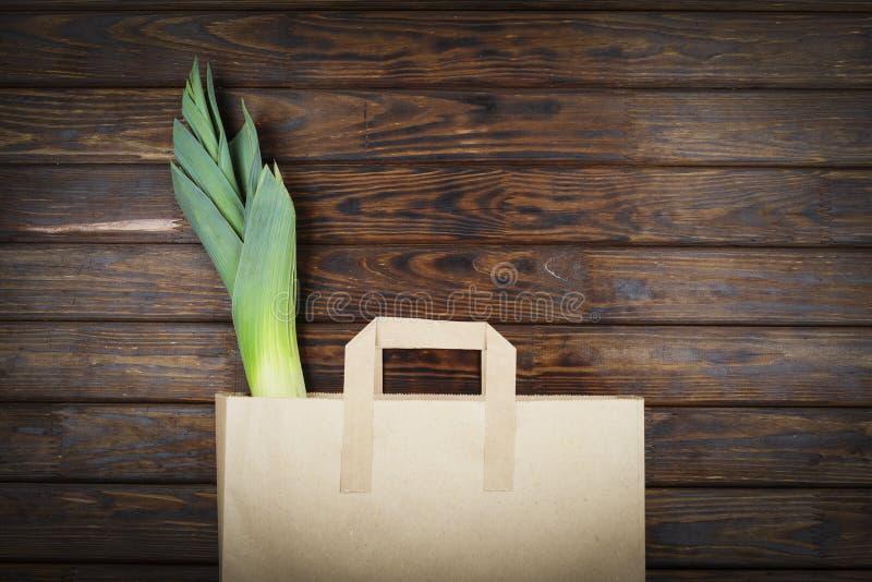 Produtos verdes, alimento saudável, alho-porro, vegetariano, saco de papel, supermercado, entrega do alimento, vista superior, es imagem de stock royalty free