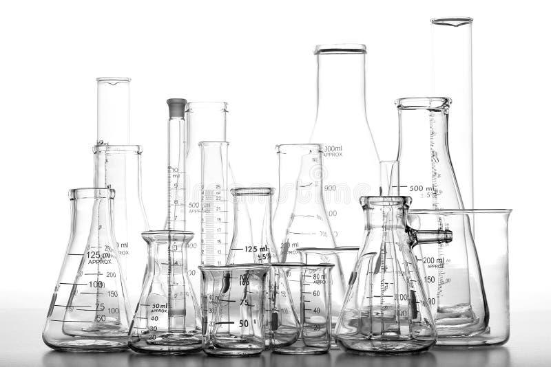Produtos vidreiros Assorted da química do laboratório de ciência imagens de stock royalty free