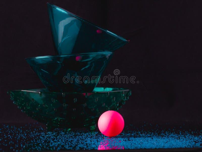 Produtos vidreiros bonitos de turquesa e bola cor-de-rosa vibrante no textu imagem de stock royalty free