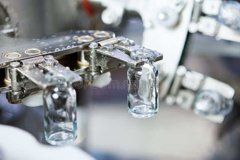 Produtos vidreiros da medicina da farmácia no lavagem foto de stock royalty free