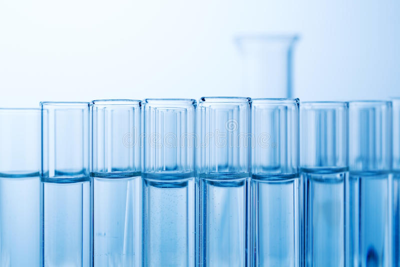 Produtos vidreiros de laboratório no laboratório no laboratório de química imagem de stock