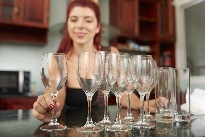 Produtos vidreiros de limpeza da mulher fotografia de stock