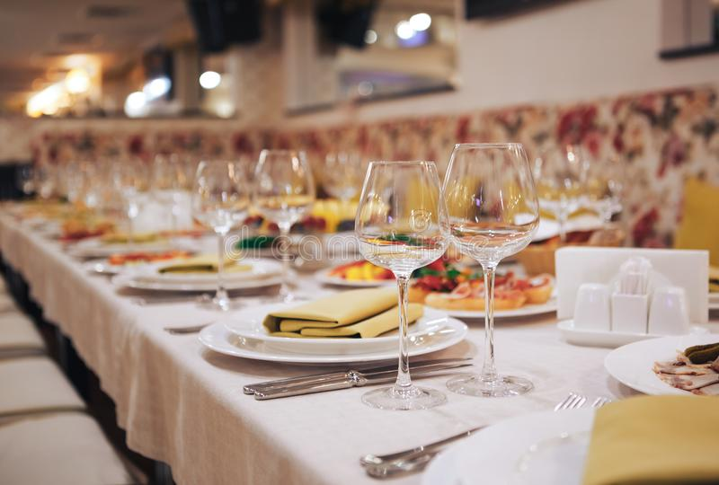 Produtos vidreiros e cutelaria para o evento abastecido Ajuste bonito da tabela com louça para um partido imagem de stock royalty free