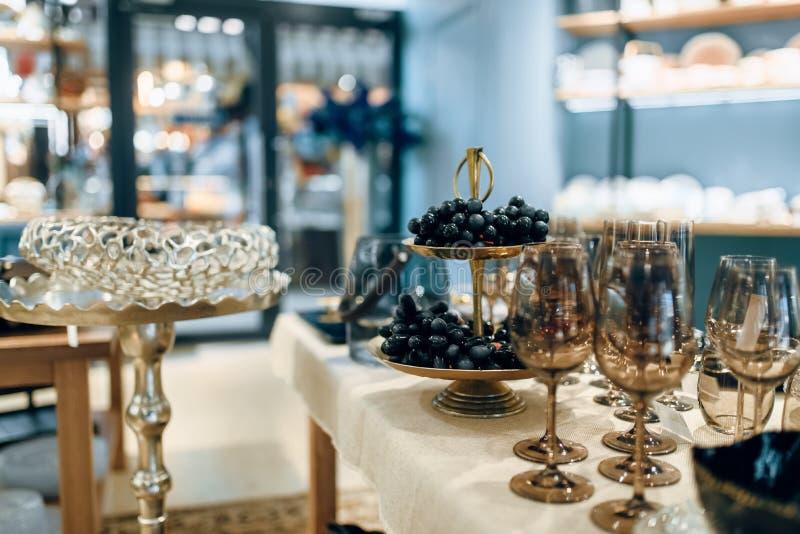 Produtos vidreiros para o banquete, ajuste da tabela, ninguém foto de stock royalty free