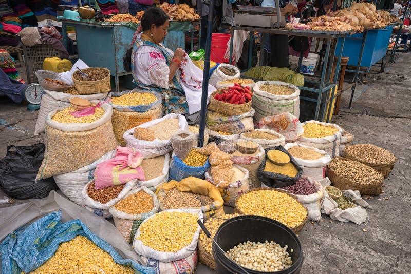 Produza o vendedor no mercado de sábado em Otavalo imagem de stock