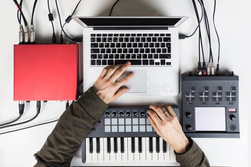 Produzierende und mischende moderne Musik, Schlag, der Audioinhalt mit Software-Prüfern macht und vereinbart stockfotos