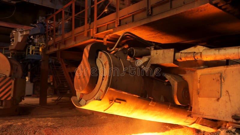 Produzione d'acciaio in forni elettrici, concetto dell'industria pesante Metraggio di riserva Chiuda su per il meccanismo della m immagine stock