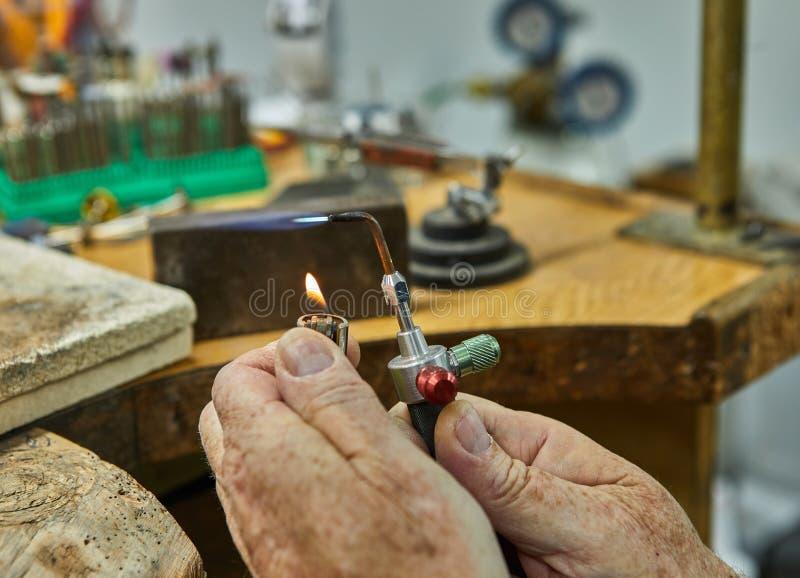 Produzione dei gioielli Il gioielliere fa un anello di oro fotografie stock libere da diritti