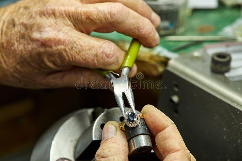 Produzione dei gioielli Il processo delle pietre della riparazione fotografia stock libera da diritti