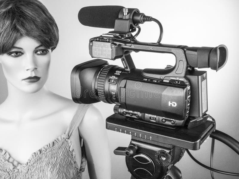 Produzione della fucilazione e del video di film della videocamera portatile nell'insieme dello studio di cinematografia fotografia stock libera da diritti