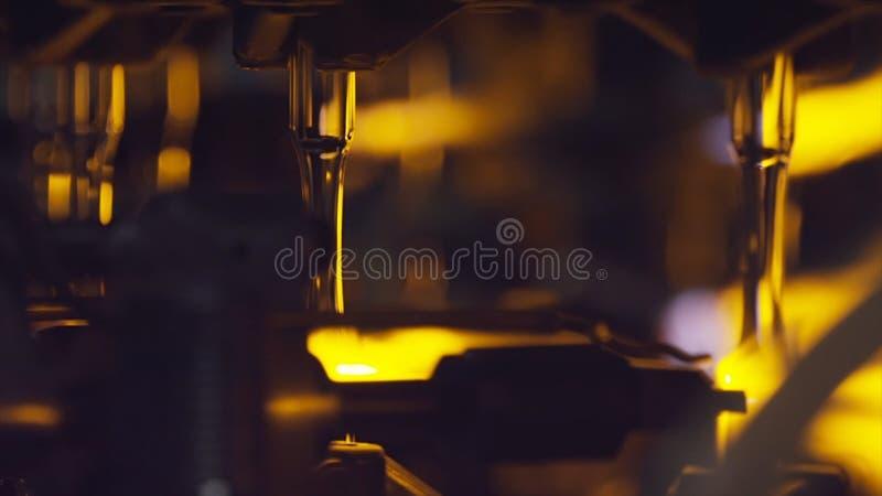 Produzione delle bottiglie di vetro Riciclaggio di vetro azione Fabbrica di industriale di fabbricazione della bottiglia Vetro fu immagine stock libera da diritti
