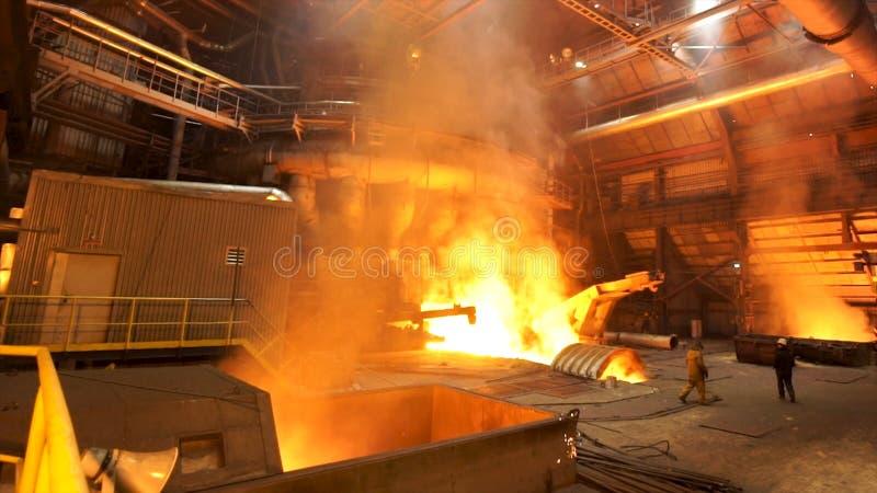 Produzione di rame nella pianta metallurgica, concetto pericoloso del lavoro Metraggio di riserva Metallo fuso in un industriale  fotografia stock