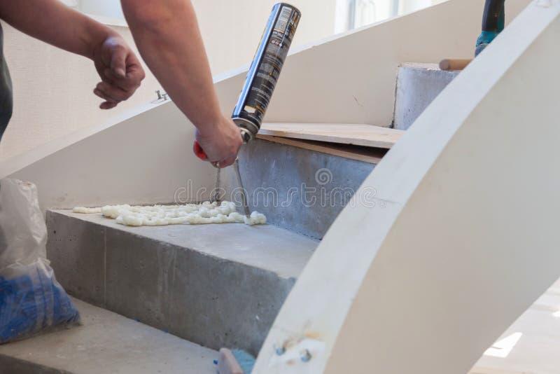 Produzione ed installazione di lino Lavoro del padrone immagine stock