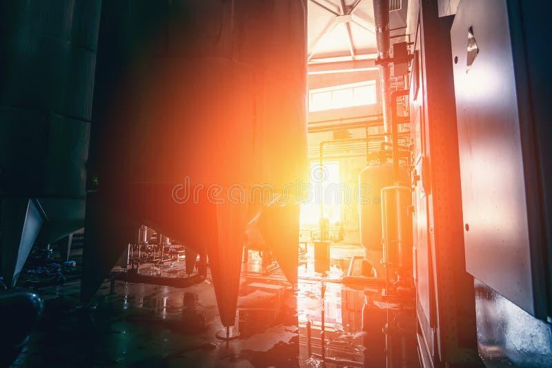 Produzione industriale di acqua potabile, interni industriali alla luce del sole Serbatoi di metallo di grandi dimensioni per il  immagini stock