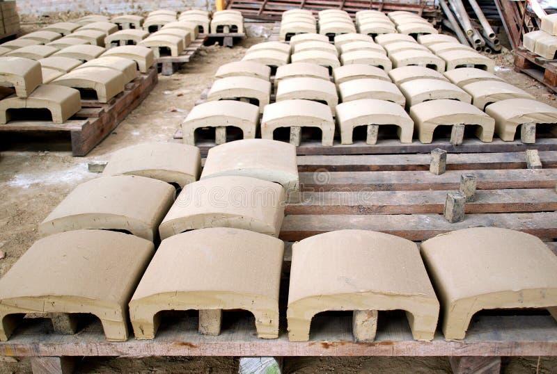 Produzione tradizionale delle mattonelle di tetto fotografia stock libera da diritti