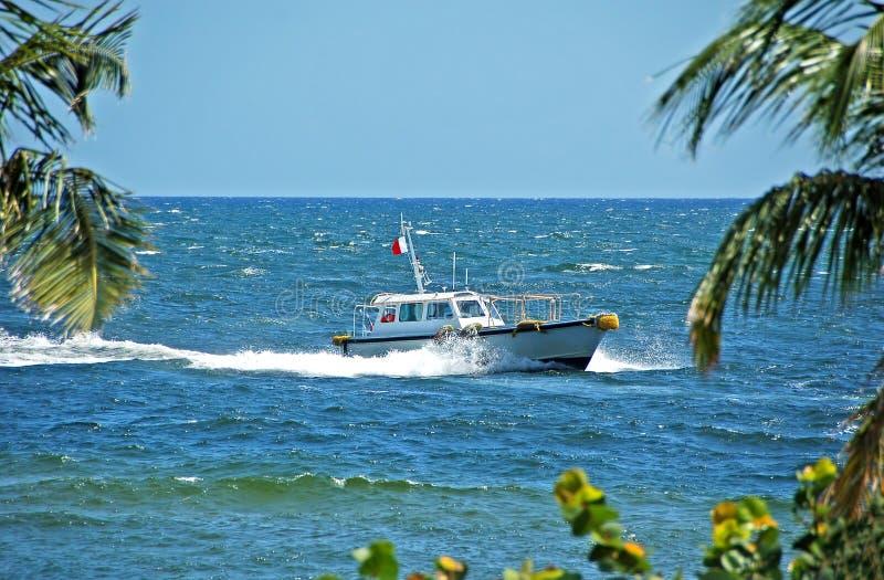 Proef boot die aan haven terugkeert stock fotografie