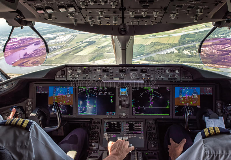 Proef en tweede piloot in commercieel vliegtuig stock afbeelding