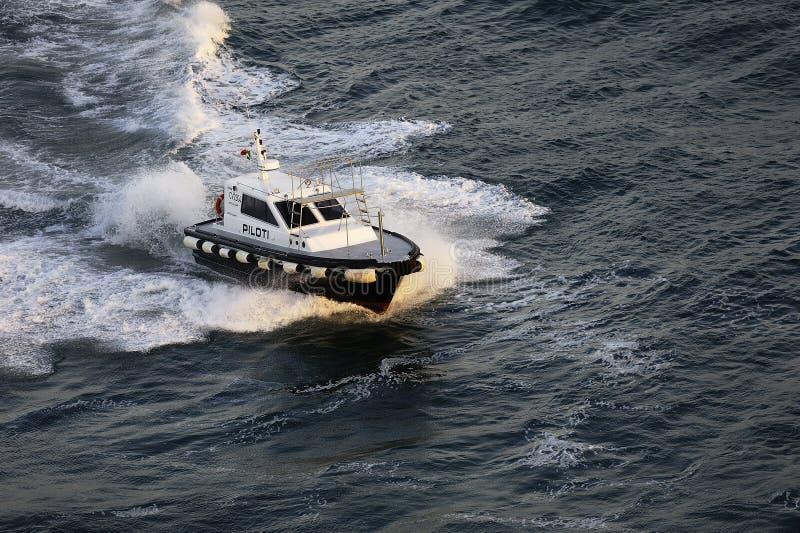 Proefboat creating waves stock afbeelding