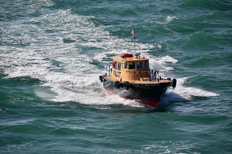ProefBoat die een cruiseschip leiden stock foto's