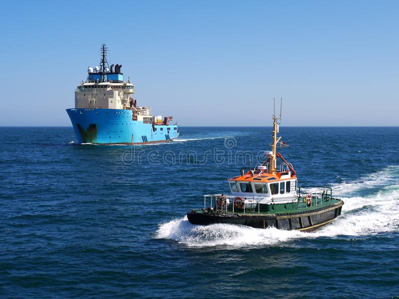 Proefcutter escorting offshore-Schip royalty-vrije stock foto's