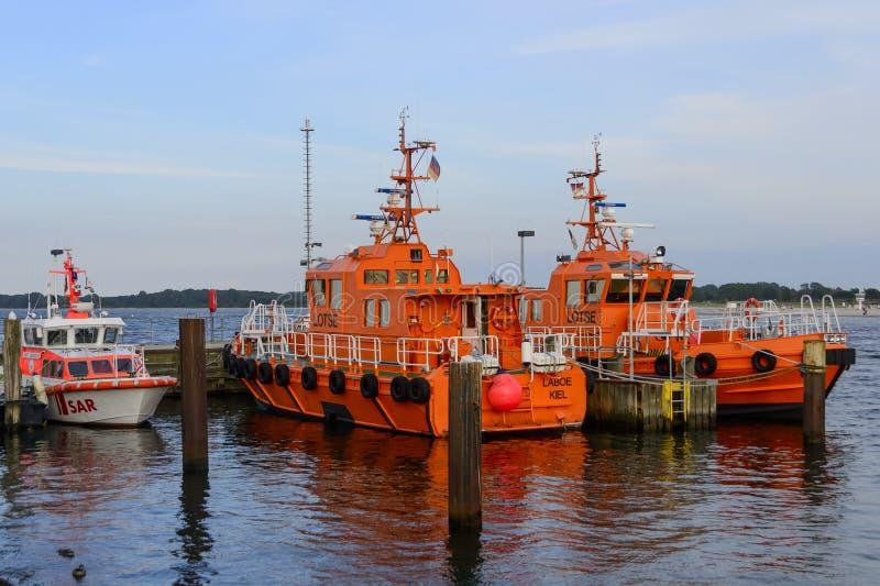 Proefdieboten en reddingsboot bij haven worden vastgelegd royalty-vrije stock foto's