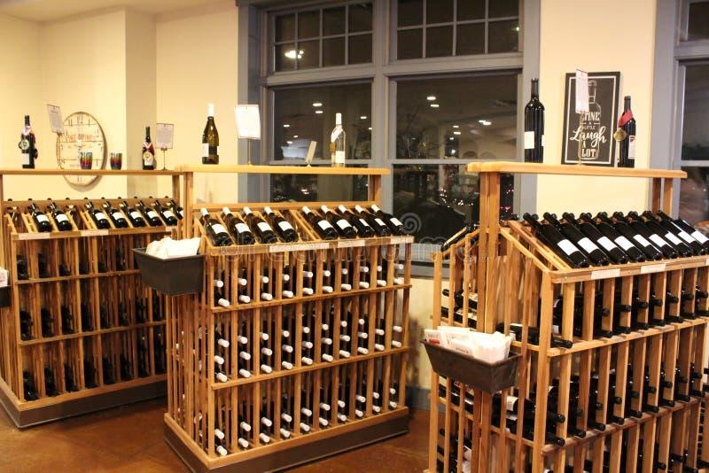 Proevende ruimte met rekken van gebottelde wijnen, Belhurst-Kasteel, Genève en Wijnmakerij, New York, 2018 royalty-vrije stock fotografie